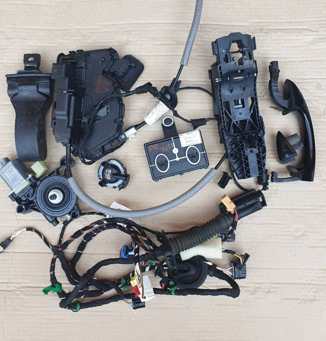 VW T-Roc Macara geam, motoras geam, plastic usa, senzor impact, broasca, incuietoare, maner, instalatie usa dreapta fata.