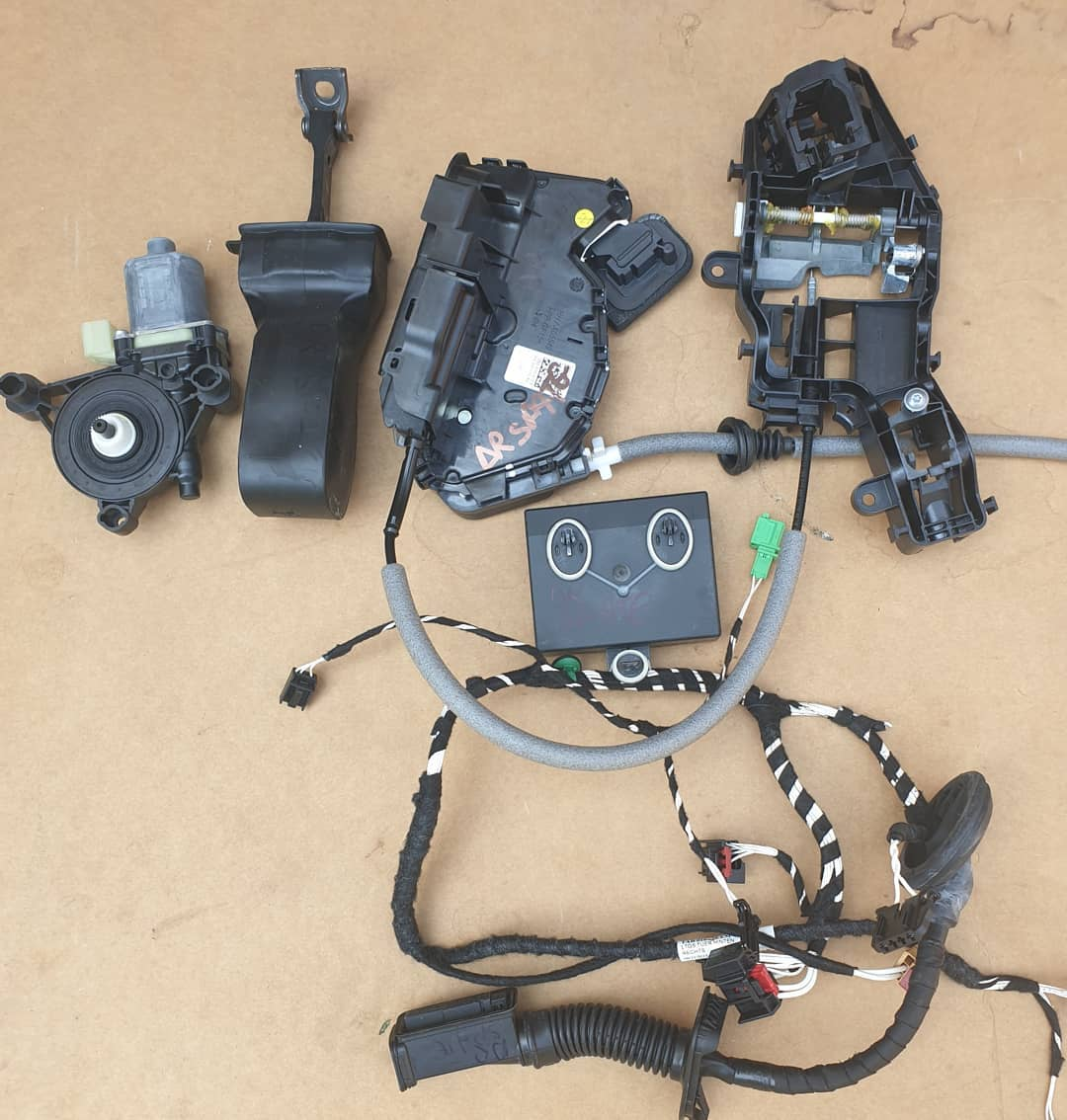 VW Tiguan Motoras geam, macara geam, plastic usa, balama, modul, instalatie usa dreapta spate