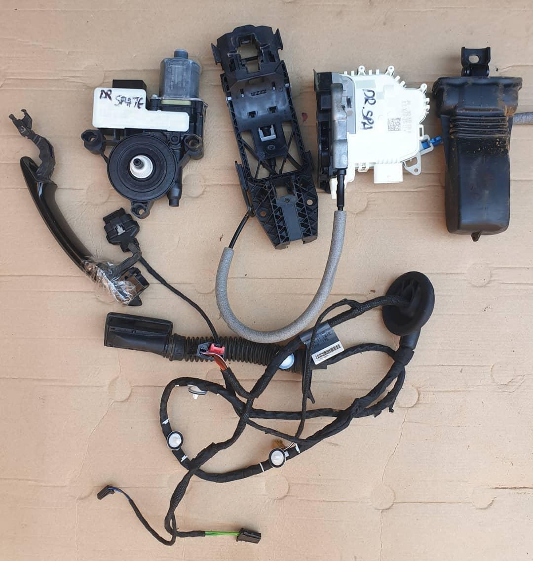Audi Q2 Macara geam, plastic usa, instalatie, balama, maner, motoras usa, broasca, incuietoare.
